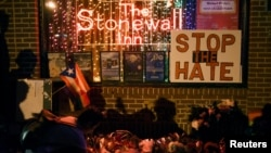 نیویارک میں ہم جنس پرستوں کی ایک بار 'سٹون وال ان' کے باہر اورلینڈو حملے کے متاثرین کے لیے ایک یادگار۔