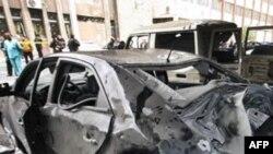 Một chiếc xe đậu gần nơi nổ bom bi hư hại hoàn toàn