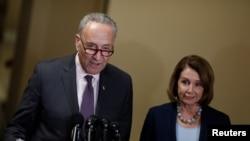 Le chef de la minorité démocrate au Sénat, Chuck Schumer, et Nancy Pelosi, tiennent une conférence de presse au Capitole à Washington, le 13 mars 2017.
