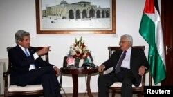 Mahmoud Abbas accueille John Kerry à Ramallah, le 7 avril 2013