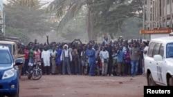 Des personnes se tiennent près de l'hôtel Radisson pris d'assaut à Bamako, Mali, le 20 novembre 2015. (REUTERS/Joe Penney)