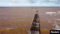 One Mile Jetty terlihat hancur akibat hantaman topan tropis Seroja di Carnarvon, Australia 11 April 2021, 12 April 2021. (Foto: Bill Kent / via REUTERS)
