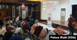Presidium Mafindo Rovien Aryunia sedang memberikan paparan mengenai hoaks kepada mahasiswa Poli Teknik Universitas Surabaya