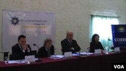 Frédéric Vacheron (a la izquierda) felicitó a Uruguay por presentar las candidaturas.