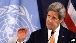 Menlu AS John Kerry berbicara dalam konferensi pers di Wina, Austria, Selasa (17/5).