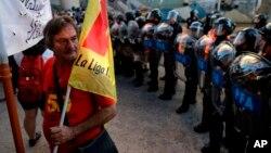 Es la primera huelga general contra el presidente Mauricio Macri. Con una inflación que superó el 40 por ciento en el 2016, los trabajadores reclaman ajustes salariales que compensen la pérdida de poder de compra que sufrieron sus salarios en el último año.