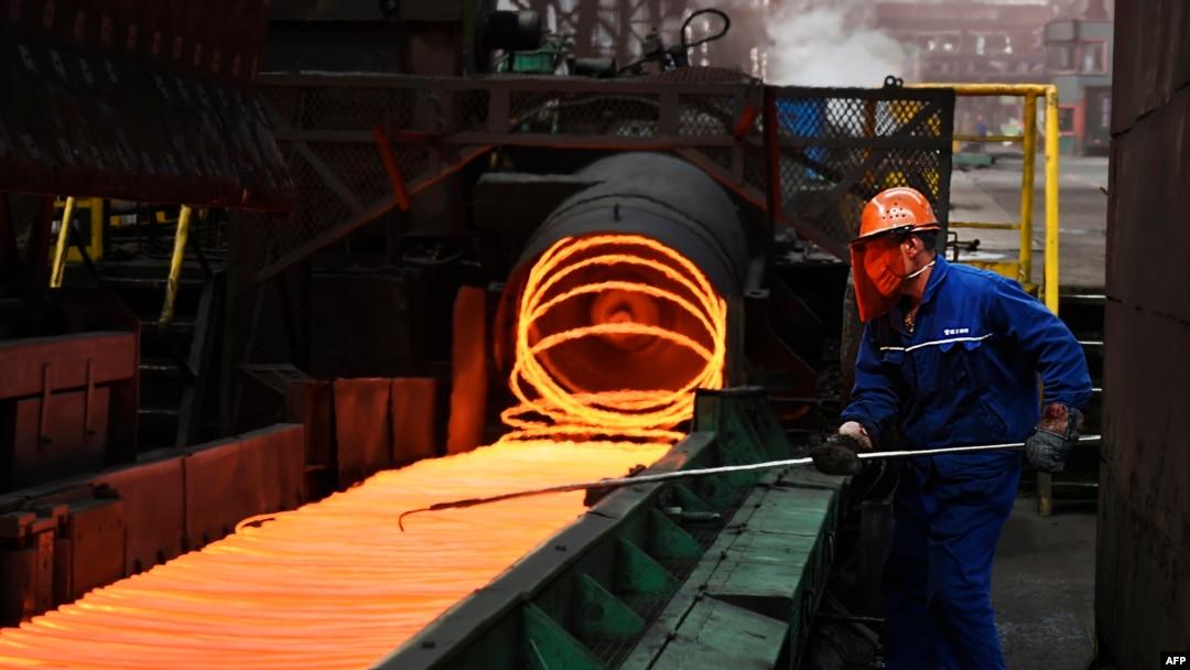 Công nhân tại một nhà máy thép của Trung Quốc.