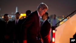 Menteri Luar Negeri AS John Kerry menaiki tangga pesawat setelah bertemu pemerintah Mesir di Kairo, November 2013. (AP/Jason Reed, Reuters)