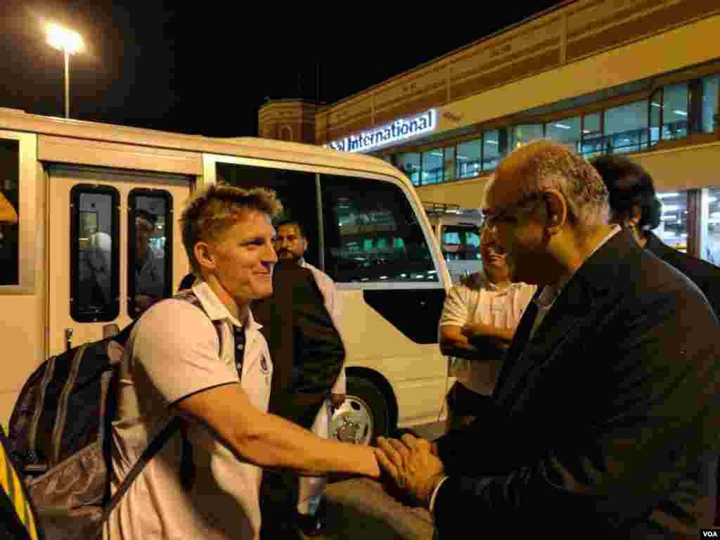 پاکستان کرکٹ بورڈ (پی سی بی) کے چیئرمین نجم سیٹھی اور بورڈ کے دیگر حکام نے ان کا استقبال کیا