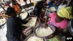 Ivoiriennes préparant la semoule de manioc pour l'attiéké, à Abidjan, le 22 mai 2018.