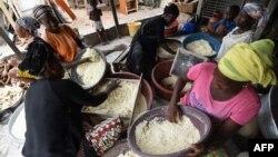 Des femmes préparant la semoule de manioc pour l'attiéké à Abidjan.