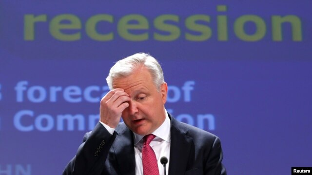 European Economic and Monetary Affairs Commissioner Olli Rehn presents the European Commission spring economic forecasts and outlook expectations for EU member states, in Brussels, May 3, 2013.