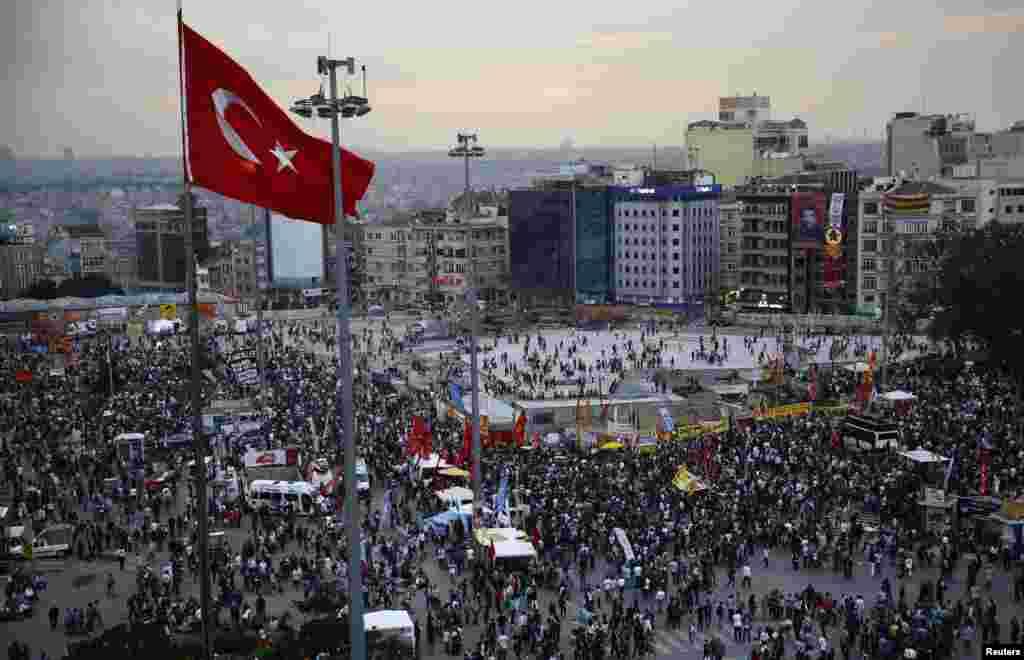 Dadka ka soo horjeeda xukuumadda Turkiga oo isugu soo baxay fagaaraha weyn ee magaalada Istanbul ee Taksim Square, June 5, 2013.