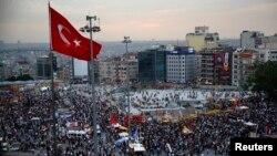 Para demonstran anti pemerintah berkumpul di Lapangan Taksim, Istanbul (5/6).
