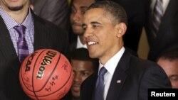Obama, aficionado al baloncesto, ha participado en otros eventos relacionados a este deporte. En mayo estuvo con el equipo de la Universidad de Kentucky.