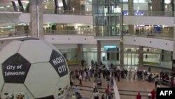 Ấn tượng đầu tiên là khu vực tiếp đón khách đến cao 5 tầng của sân bay quốc tế Johannesburg mới vừa tân trang xong.