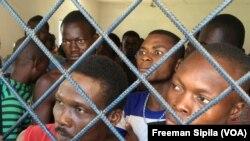 Arrestation à Bangui des étrangers en situation irrégulières le 6 octobre 2017, à Bangui, en Centrafrique. (VOA/Freeman Sipila)