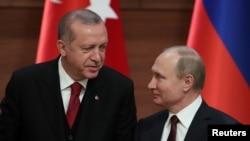 레제프 타이이프 에르도안(왼쪽) 터키 대통령과 블라디미르 푸틴 러시아 대통령이 지난 4월 앙카라에서 회담후 공동 기자회견을 진행하고 있다. (자료사진)