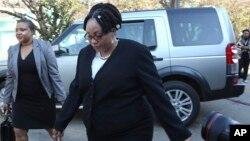 Umgcinisihlalo wekhomisheni yezokhetho, eye ZEC, uNkosikazi Priscilla Chigumba samosa ukhetho.