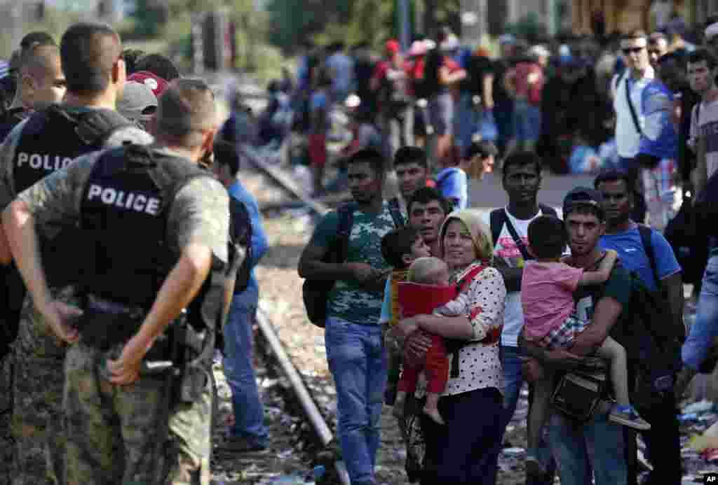 په مقدونیه کې یو شمیر پناه غوښتونکي د اورگاډي د رارسیدو په انتظار دي. ددې مهاجرینو اکثریت افغانان، او د سورې او عراق اوسیدونکي ديچې په خپلو هیوادونو کې د نا ارامۍ له وجې تیښتې ته اړ شوي دي