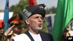 Tổng thống Afghanistan Ashraf Ghani hát quốc ca trong lễ kỷ niệm Ngày Độc lập tại Bộ Quốc phòng ở Kabul, ngày 18 tháng 8 năm 2016.