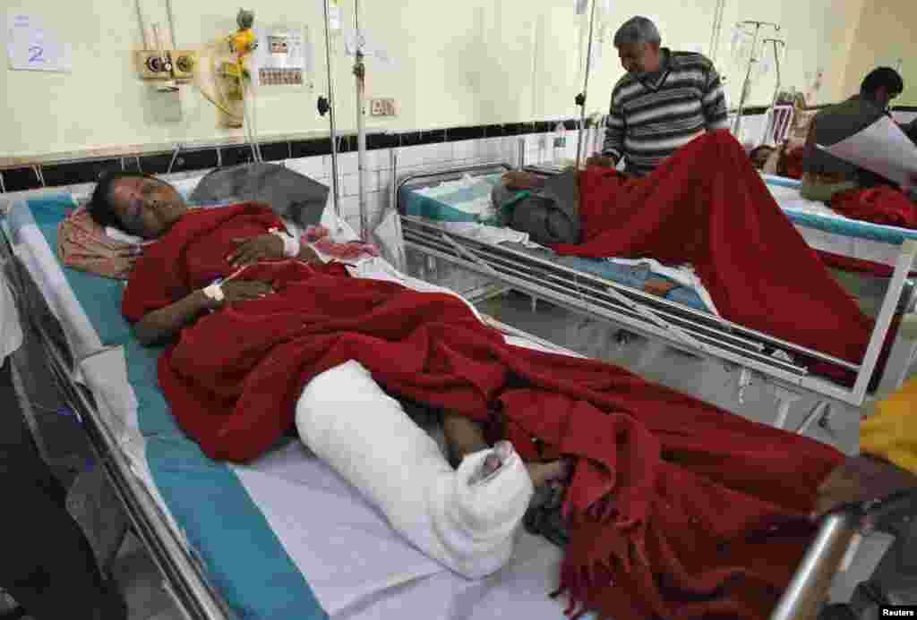 Những người bị thương trong vụ giẫm đạp được điều trị trong một bệnh viện ở Allahabad.