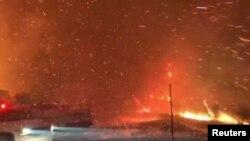Des feux de forêt sont observés depuis une autoroute à Ojai, en Californie, aux États-Unis, le 7 décembre 2017.