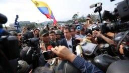 خوان گوایدو در کنار حامیان خود در نزدیکی پایگاه هوایی کاراکاس- سهشنبه ۱۰ اردیبهشت