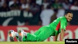 شکیب الحسن بنگلہ دیش کے مقامی فٹبال کلب 'فوٹی ہیگز'کی نمائندگی کرتے دکھائی دیے ہیں۔ (فائل فوٹو)