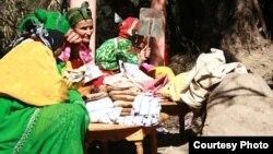 Marocaines des montagnes de l'Atlas préparant le pain dans des fours traditionnels.