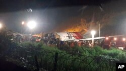 Máy bay của hãng Air India Express trượt khỏi đường băng khi hạ cánh tại phi trường quốc tế Calicut, tiểu bang Kerala, Ấn Độ, ngày 7/8/2020.