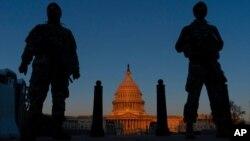 Arhiva - Pripadnici Nacionalne garde stražare na poziciji ispred Kapitola, u svitanje 8. marta 2021. u Vašingtonu.