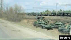 Fotografija napravljena od video snimka na kome se vide tenkovi i vojna vozila u Maslovki, region Voronezh, Rusija, 6. aprila 2021.