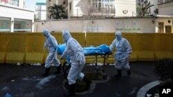 武漢一所醫院的醫護人員正在轉移新冠病毒死亡病人。(2020年2月16日)