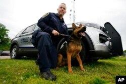 منشیات کی موجودگی کا کھوج لگانے کے لیے پولیس سدھائے ہوئے کتوں سے مدد لیتی ہے۔