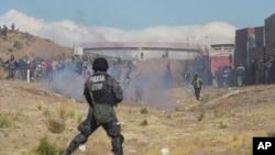 Thợ mỏ đụng độ với cảnh sát trong 1 cuộc biểu tình ở Panduro, Bolivia, ngày 25/8/2016.