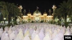 泰国穆斯林妇女在清真寺前祈祷