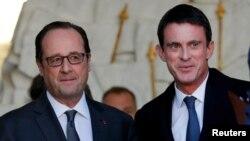 Prezidan Francois Hollande (agoch) ak Premye Minis Manuel Valls aprè yon rankont kabinè a (Le Conseil des Ministres) nan vil Pari.