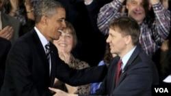 Obama elogió y felicitó al nuevo director, Richard Cordray, al equipo de la agencia y agradeció a Elizabeth Warren quien desarrolló la nueva agencia.