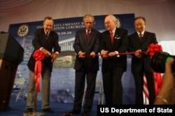 2008年8月,美中政要为美国驻华大使馆新建筑剪彩。从左到右:担任过美国驻华联络处主任和美国总统的老布什,美国总统小布什,美国大使雷德,中国副总理戴秉国