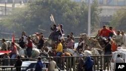 말과 낙타를 타고 행진하는 무바락 대통령 지지데모
