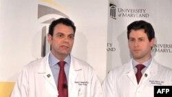 Šef tima koji je obavio presađivanje lica, glavni hirurg dr Eduardo Rodriges (levo) i član tima dr Branko Bojović na konferenciji za novinare