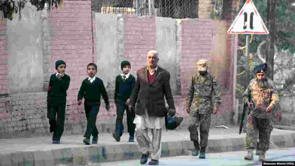 L'opération des forces de sécurité à l'école a continué pendant plusieurs heures, à Peshawar, Pakistan, le 16 décembre 2014. (VOA)