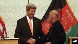 Menlu John Kerry dan Presiden Afghanistan dalam konferensi pers; Kabul, Afghanistan