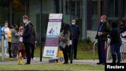 Черга на щеплення у місті Болтон в Англії, де виявили один з нових осередків COVID-19. 13 травня 2021 р.
