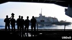 2010年4月7日,美国海军士兵观看自由号滨海战斗舰与卡尔.文森号航空母舰在太平洋海面进行海上加油。(美国海军拍摄)