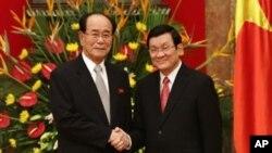 6일 베트남 하노이를 방문한 김영남 북한 최고인민회의 상임위원장(왼쪽)과 쯔언 떤 상 베트남 국가주석.