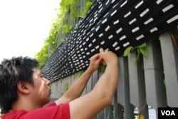 示威者將貼上10個反對國民教育簽名的巨型黑布,掛上香港特首辦公室外