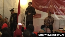 Presiden Joko Widodo dalam acara dialog terbuka dengan anggota masyarakat Indonesia di Wisma Indonesia di Washington DC hari Minggu sore (25/10).