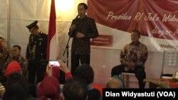 Presiden Joko Widodo dalam acara Diskusi Terbuka dengan masyarakat Indonesia di Wisma Indonesia di Washington DC, Minggu sore (25/10). (Foto: VOA/Dian Widyasuti)